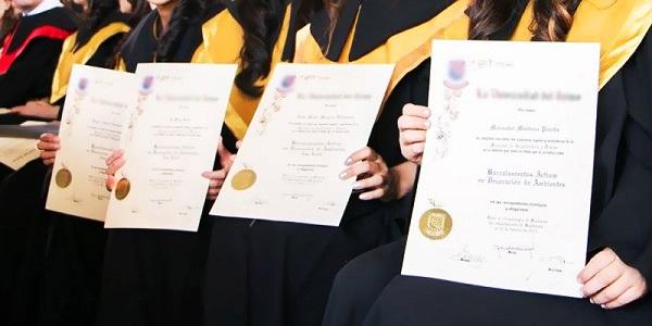 ciclo diversificado mostrando diploma