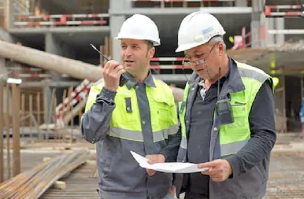 ingenieros inspeccionando